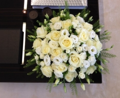 white-roses-and-lisianthus